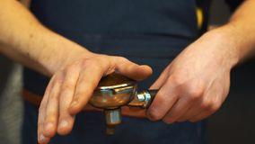 Espressoabdämmen Barista schafft Grundlage für Espressomaschine stockfoto