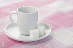 Espressocup auf Tischdecke Stockfotos