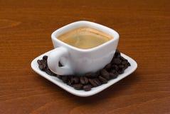 Espressocup mit Kaffeebohnen auf Tabelle Stockfotos