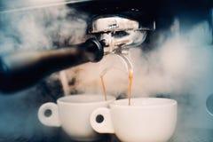 Espressodetaljer perfekta koppar kaffe Kaffeförberedelsebegrepp på stången, baren eller restaurangen royaltyfri foto