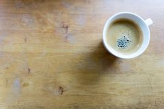 Espressokaffe i den vita koppen med kopieringsutrymme Arkivfoto