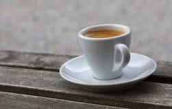 Espressokaffe i det vita koppslutet upp på tabellen Fotografering för Bildbyråer
