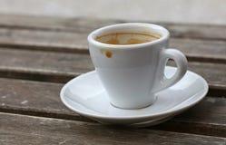Espressokaffe i det vita koppslutet upp på tabellen Arkivbilder