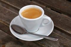 Espressokaffe i det vita koppslutet upp på tabellen Arkivbild