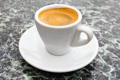 Espressokaffe i en vit kopp Royaltyfri Foto