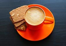 Espressokaffe i orange kopp Arkivbild