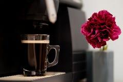 Espressokaffe med den rosa blomman som en detalj royaltyfria foton