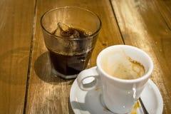 Espressokaffe och exponeringsglas av iskuber arkivbild