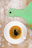 Espressokaffe och grönt bräde på den gamla lantliga tabellen royaltyfria foton
