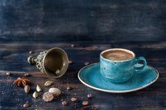 Espressokaffe och kryddor royaltyfri foto