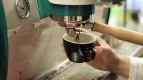 Espressokaffe sköt från kaffemaskinen arkivfilmer