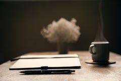 Espressokaffe, urklippsbok med pennan Författaretabell runt om nya bönakaffekoppar shoppa koppla av close upp Royaltyfri Foto
