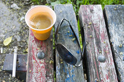 Espressokaffee auf alter Holzbank Stockfotografie