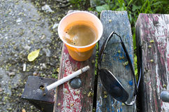 Espressokaffee auf alter Holzbank Lizenzfreie Stockfotos
