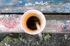 Espressokaffee auf alter Holzbank Lizenzfreies Stockfoto