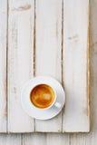 Espressokaffee in der weißen Schale auf alter rustikaler Arttabelle lizenzfreie stockbilder