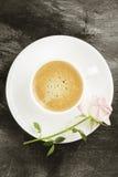 Espressokaffee in einer weißen Schale, in einem rosa Rosafarbenen und in den Schokoladen auf a Stockfotografie