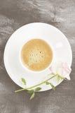 Espressokaffee in einer weißen Schale, in einem rosa Rosafarbenen und in den Schokoladen auf a Lizenzfreie Stockfotografie