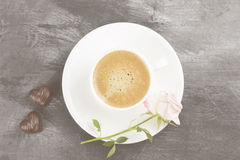 Espressokaffee in einer weißen Schale, in einem rosa Rosafarbenen und in den Schokoladen auf a Lizenzfreie Stockbilder
