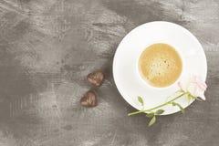 Espressokaffee in einer weißen Schale, in einem rosa Rosafarbenen und in den Schokoladen auf a Lizenzfreies Stockfoto