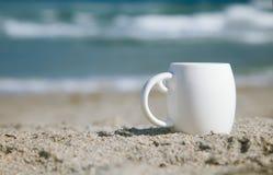 Espressokaffee im weißen Cup mit Ozeanwellen Stockfotografie