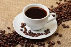 Espressokaffee mit Kaffeebohnen Stockbilder