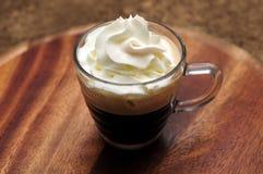 Espressokaffee mit weißer Creme Stockfotos