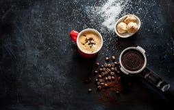 Espressokaffee und -plätzchen auf schwarzer Cafétabelle Lizenzfreies Stockbild