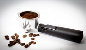 Espressokaffeefilter mit dem tamped Boden betriebsbereit, in Maschine eingesteckt zu werden Lizenzfreie Stockfotografie