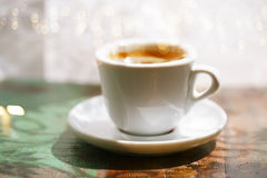 EspressoKaffeetasse auf rustikaler Tabelle mit Sonne Lizenzfreie Stockbilder