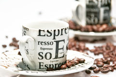 EspressoKaffeetassen unter Kaffeebohne Stockfoto