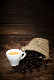 Espressokaffekopp och kaffebönor Arkivbilder