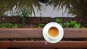 Espressokaffekopp på trästång med kopieringsutrymme för text Royaltyfri Foto