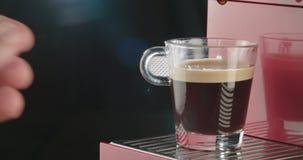 Espressomachine die een kop van koffie voorbereiden stock videobeelden
