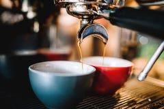 Espressomachine die verse espresso en cappu voorbereiden stock foto's