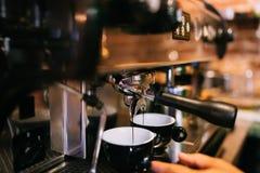espressomachine die verse espresso in twee koppen in bistro of restaurant voorbereiden royalty-vrije stock fotografie