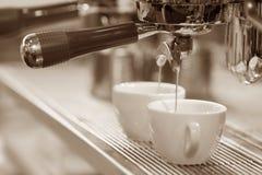 Espressomaschine, die einen Kaffee braut Stockfotos