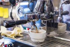 Espressomaschine, die einen Kaffee braut Lizenzfreies Stockfoto
