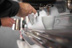 Espressomaschine, die Kaffee macht Stockfotografie
