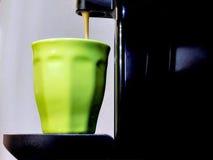 Espressomaschine, die Kaffee strömt Lizenzfreies Stockbild