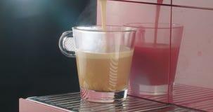 Espressomaskin som förbereder en kopp kaffe stock video