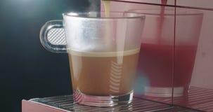 Espressomaskin som förbereder en kopp kaffe arkivfilmer