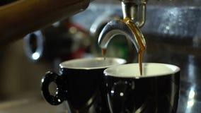 Espressomaskin som häller nytt kaffe in i en keramisk kopp stock video