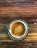 Espressoskott i exponeringsglas på tappningträtabellen, arkivbild