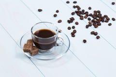 Espressotasse kaffee, -zucker und -bohnen Lizenzfreies Stockfoto