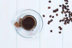 Espressotasse kaffee, -zucker und -bohnen Stockbild