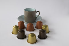 Espressotasse und untertasse mit Kaffeehülsen Lizenzfreie Stockbilder