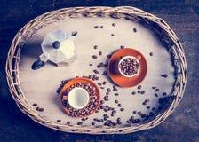 Espressouppsättningen med kaffekoppar, bönor och kaffe lägger in på lantligt träd och träbakgrund Arkivbilder