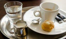 Espressowhtien mjölkar och en bulle Royaltyfria Bilder