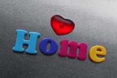 Esprima a casa con cuore rosso spiegato facendo uso del magnete colorato del frigorifero Fotografia Stock Libera da Diritti